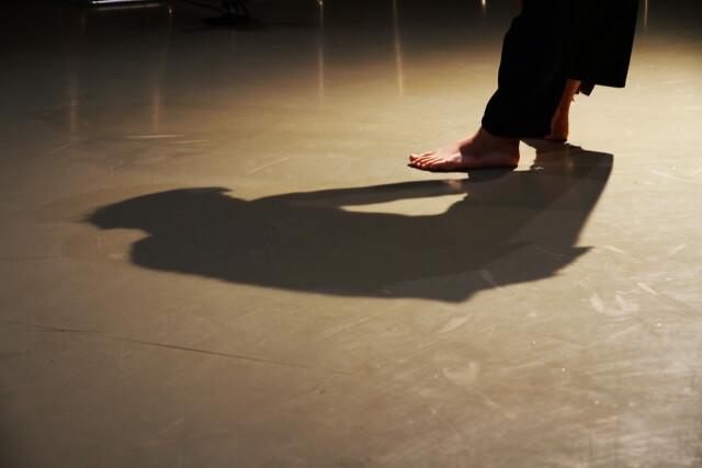 足元で悲しむ黒い影